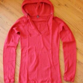 Červený svetřík s kapucou Amisu - foto č. 1