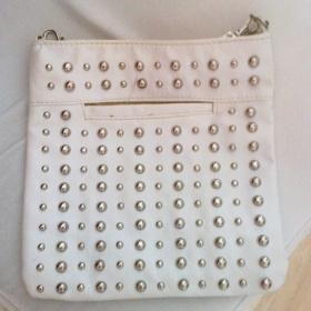 B�l� kabelka s kovov�mi ozdobami - foto �. 1