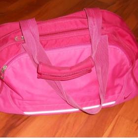 Malinově růžová sportovní taška Nike - foto č. 1