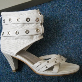 Bílé otevřené boty na podpatku s cvočky