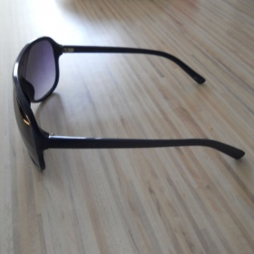 Sluneční brýle s modrýma obroučkama - foto č. 1