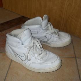 Bílé kotníkové tenisky Nike
