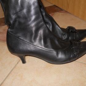 Jarní/podzimní černé kozačky na mírném podpatku