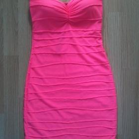 Neonově růžové šaty - foto č. 1
