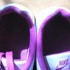Nike b�lo r�ov� tenisky - foto �. 1