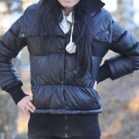 Černá lesklá bundička s úplety Bershka - foto č. 1