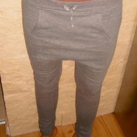 Haremové tepláčky dole s úzkými nohavicemi - foto č. 1