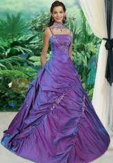 Fialové svatební šaty
