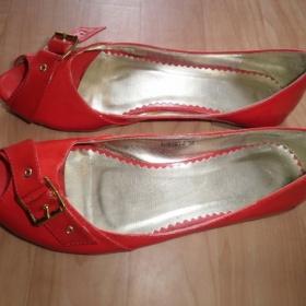 Lesklé čevené botičky s otevřenou špičkou - foto č. 1