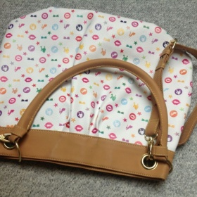 B�l� kabelka s barevn�mi symboly Oriflame - foto �. 1