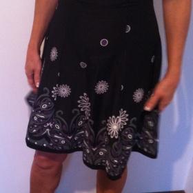 Černé šaty s motivem květin Neznačkové - foto č. 1
