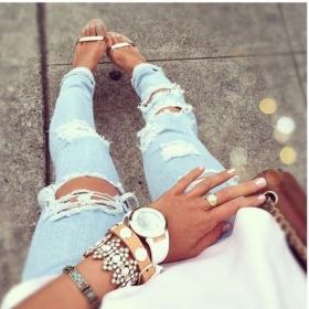 Světle modré, skoro do bíla trhané jeansy Bershka - foto č. 1