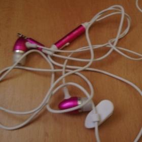 Růžovobílá sluchátka Apple - foto č. 1