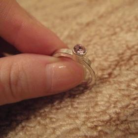 Prsten s růžovým kamínkem Avon - foto č. 1