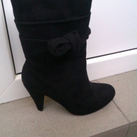 Černé semišové kotníčkové boty na podpatku Clara Bankson - foto č. 1