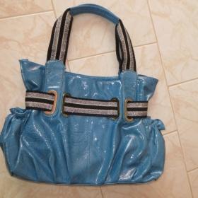 Modrá lesklá kabelka neznačková - foto č. 1