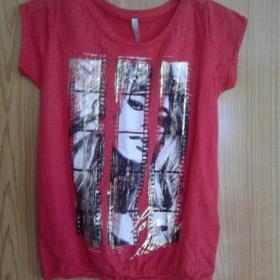 Červené triko se zlatým potiskem Amisu - foto č. 1