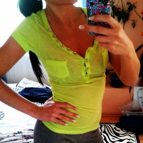Fosforově zelenkavé triko s kamínkama neznačkové - foto č. 1