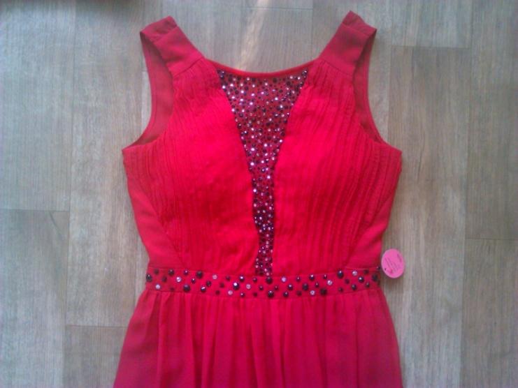 119078b459e Červené dlouhé plesové šaty s kamínky Chi Chi London - Bazar Omlazení.cz