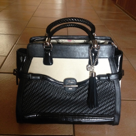 fa32bc87c78 Černo - béžová elegantní kabelka Annalynne Carryall Guess - Bazar ...