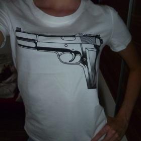 B�l� tri�ko s pistol� nezna�kov�