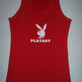 Červené tílko značky playboy - foto č. 1
