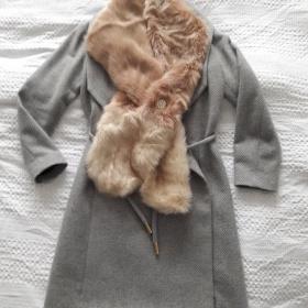 Šedý kabát a šála