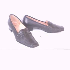 Černé boty polobotky Baťa