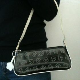 Černá malá kabelka s kytičkami - foto č. 1