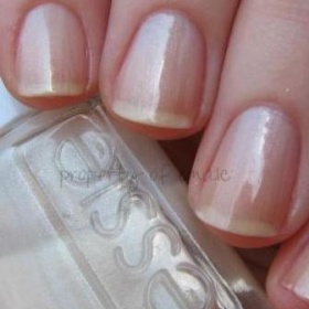 Perleťový mléčný lak na nehty Essie Bonds beige - foto č. 1