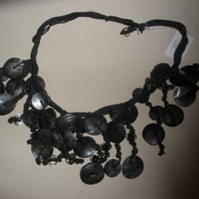Černý náhrdelník s mušličkami - foto č. 1
