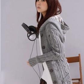 Teplý pletený dlouhý svetr na knoflíky se stojáčkem - foto č. 1