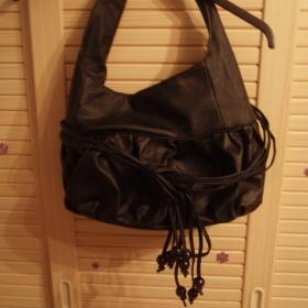 Černá dámská kabelka přes rameno - foto č. 1